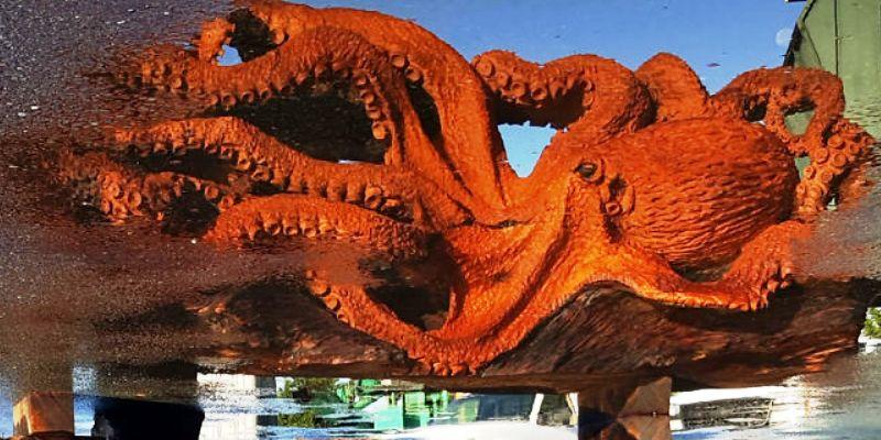 Гигантский осьминог бензопилой из упавшего дерева